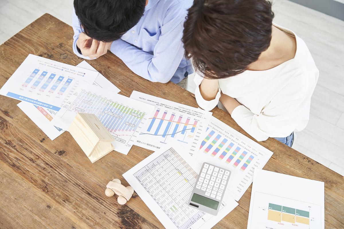 住宅資金予算に悩む夫婦 必要資金明確化